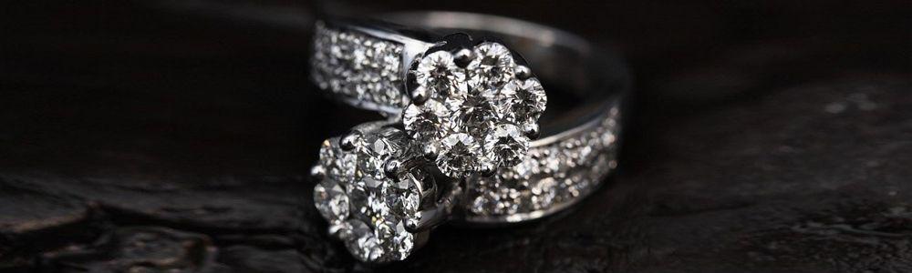 Ringen met zirkonia stenen